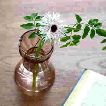 単品で花瓶として使用するのも◎。食卓、リビング、書斎、どこに置いてもやさしいフォルムとデザイン、そして可愛らしい花に心が癒されそう。