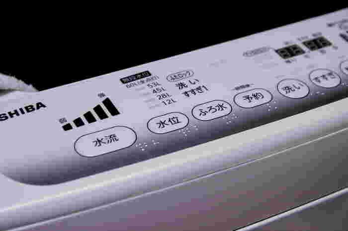 ティーツリーオイルを洗濯機で使用する場合、洗い時とすすぎ時に5~10滴程度使用するとよいでしょう。(すすぎ時だけでもOKです)洗浄、漂白および抗菌に優れているため、長く繰り返しオイルを使用することにより、洗濯機にはびこるカビなどの真菌に対しても効果が現れてきます。