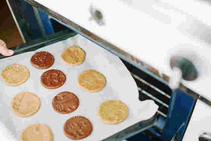 余った生地はひとつにまとめて「伸ばす→模様をつける→型抜き」を繰り返します。天板に並べたら170℃に熱したオーブンで10~15分焼いて出来上がりです。