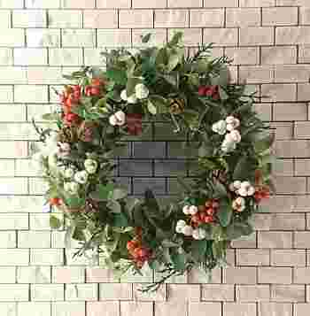 ユーカリに赤と白の木の実を合わせたリース。クリスマスカラーながら、落ち着いた色合いで素敵です。ユーカリの丸い葉っぱが可愛らしい印象ですね。