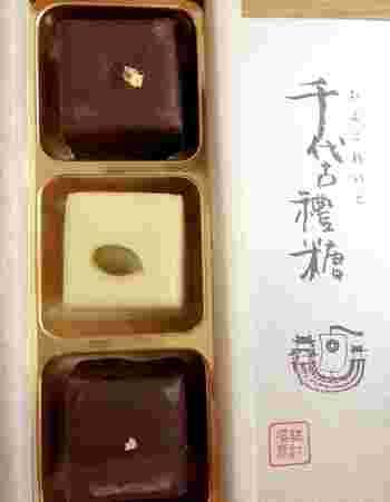 ご紹介する「千代古禮糖(ちよこれいとう) 」は、その名の通り、チョコレートを使っている人気の商品。  特徴的なのが、生落雁を使用していること。落雁と聞くと乾燥した干菓子をイメージしますが、生落雁は、ふんわり口の中で溶けるような食感です。  生落雁の間に羊羹を挟み、まわりをチョコレートでコーティングしている、完成度の高い一品。生落雁の塩けに羊羹とチョコレートの甘さが絶妙で、和菓子ツウの方に贈っても満足いただけそう。