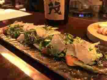 瀬戸内の新鮮な真鯛に香りのいいオリーブオイルを振りかけた「真鯛の昆布〆カルパッチョ」は、オープン当初からの人気メニュー。天然の真鯛はコリコリとした食感とほのかな甘みが特徴で、日本酒との相性も抜群です。