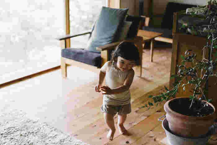 やわらかいコットンシルクの混紡糸を粗めに編み上げたわざわざの「キッズキャミソール」は、生地がふっくらとやわらかく、伸縮性に優れています。元気に動きまわる赤ちゃんにもぴったりです。