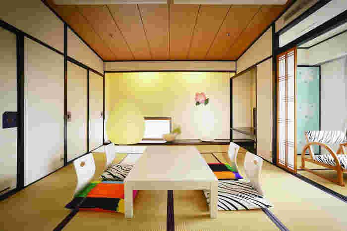 道後温泉の旅館「茶玻瑠」には石本さんがプロデュースした北欧スタイルのスペシャルルームがあります。もちろん手がけられたマリメッコのテキスタイルもたくさん。 会期中は観賞可能(要予約)となっていますが、もちろん、泊まることが可能。