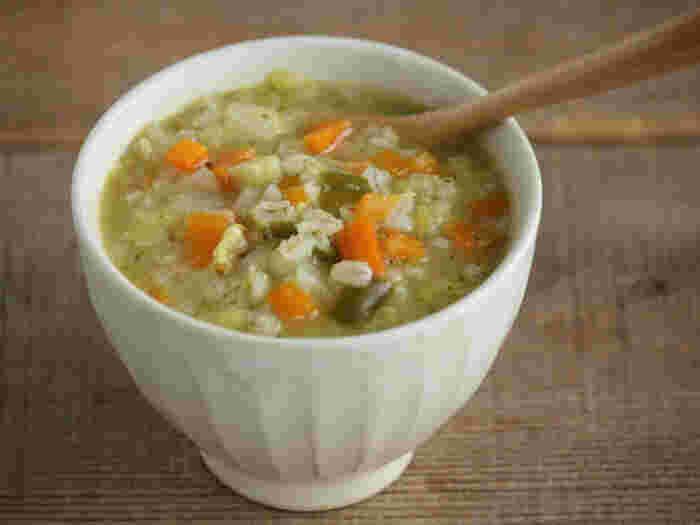 野菜だけのスープだと物足りないなら、押し麦をプラスしてリゾット風にしてみましょう。野菜の甘味が染み込んだ押し麦は食感が良く、食べごたえがかなりアップします。