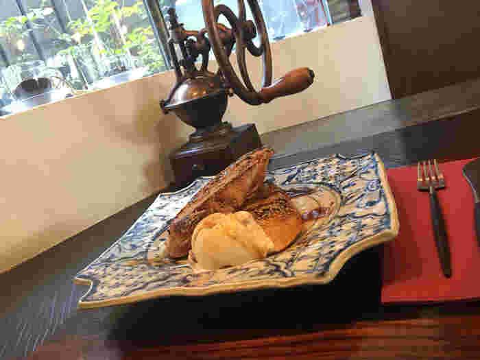 注文を受けてから豆を挽き、茶釜で沸かしたお湯で淹れるコーヒーの味わいを堪能してみてください。大和屋の器で食べるスイーツは和と洋それぞれあり、「黒みつフレンチトースト」などの和洋折衷メニューもあるのだそう。