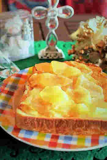 プリンと薄切りりんごをのせてグリルで焼くと、まるでアップルパイのようなトーストができます。