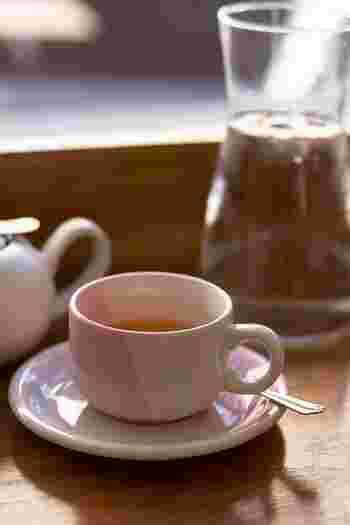 ハーブティは、その香りから飲むだけでほっと心が休まりますよね。中でもジャスミンはリラックス効果が高いと言われています。またカモミールは、不眠やストレスに効果が期待できるのだとか。普段は珈琲や紅茶を飲むことが多い人も、15時以降はノンカフェインのハーブティにシフトするなどして、上手にバランスを整えましょう。