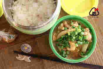 麺つゆを使ってフライパンで簡単にできる親子丼。時間がない朝にもぴったり。ほかほか丼がランチで楽しめるのはうれしいですね。