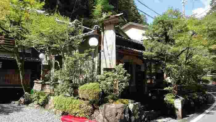 """『ひろ文』から、少し下ったところにある『貴船茶屋』は、ちょっと""""こぢんまり""""とした川床が人気の料理店です。"""