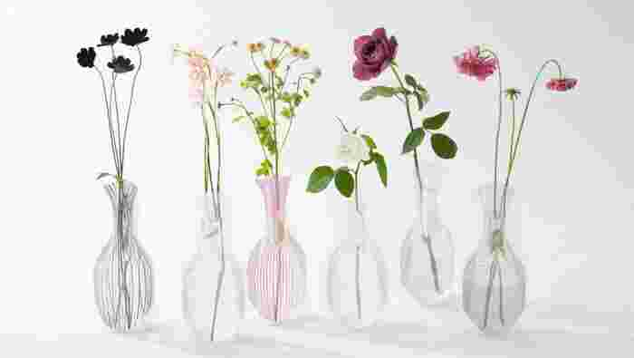 こちらは何とビニール袋でできた花瓶!透明感が美しいだけでなく、万一倒れても割れないので、地震が来ても安心です。ペットや小さいお子さんがいるご家庭にも◎
