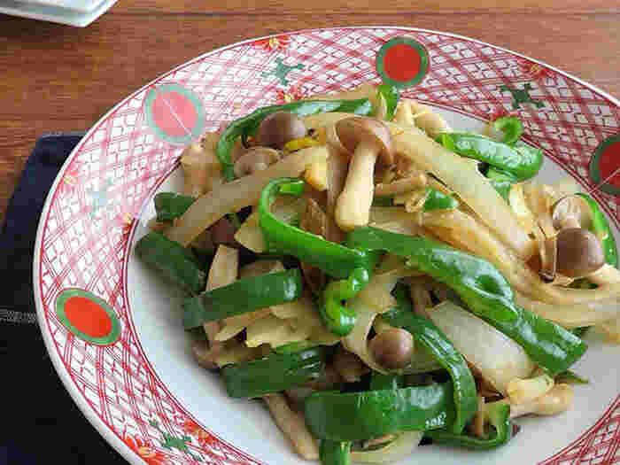 こちらは、野菜をたっぷり使ったレシピ。玉ねぎやピーマン、しめじをたっぷり食べられますよ。ちょっと野菜が足りないな、というメイン料理の付け合わせに最適です。ショウガ醤油の味わいで、和食にもぴったり。お弁当のおかずにも取り入れてみてください♪