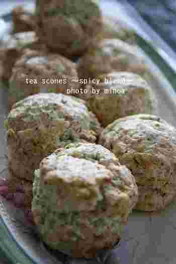 ティータイムにぴったりの「紅茶のスコーン」。アールグレイの味わいと香りを楽しみながら、優雅なティータイムを過ごせそう♪オーブンで焼く前に牛乳を塗ることで、外はカリカリ、中はサクッとした食感を味わえます。