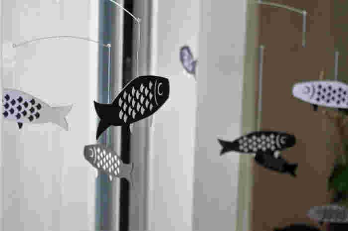 モノトーンの鯉のぼりモビール。こどもの日におすすめです。大きな鯉のぼりを飾るのは大変ですが、モビールなら飾りやすいですね。