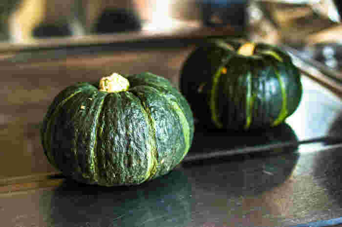 かぼちゃは、β-カロテン、ビタミン類を豊富に含む緑黄色野菜です。β-カロテンは抗酸化作用や免疫機能を高める効果があるとされており、かぼちゃのβ-カロテン含有量はトップクラス。夏野菜の中でも特に栄養価が高いんですよ。