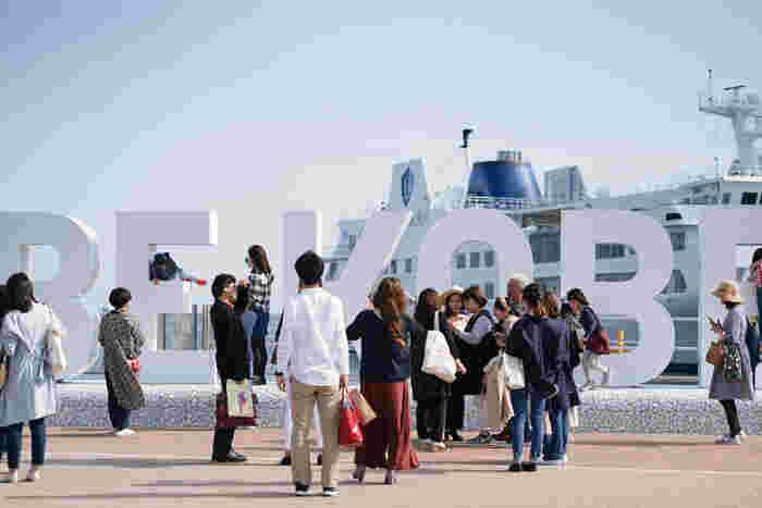 """まさに""""神戸であれ!""""阪神大震災20年目に生まれた言葉。 神戸の魅力は街に集う人なんですということで、来た人はみんな神戸っ子になれちゃいます♪ 春に設置されたばかりのこちら、記念撮影スポットとして早くも人気です。"""