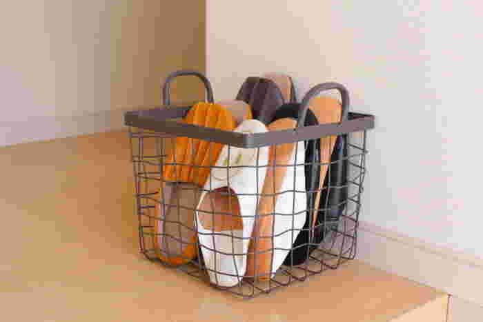 スリッパなどよく使うものは『見せる収納』もあり!おしゃれなワイヤーバスケットを使えば取り出しやすく、お掃除の時もさっと移動できるので便利です。