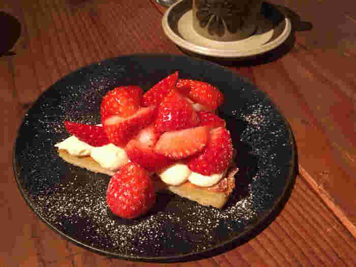 ごろりとのったイチゴが見るからに美味しそうなタルトは、甘酸っぱさが魅力です。