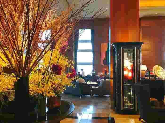 高層45階の「ザ・ロビーラウンジ&バー」はモノトーンの配色を基調としながら和洋の調和を感じさせるインターナショナルな雰囲気。