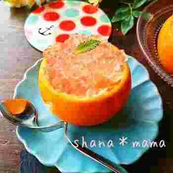オレンジをしっかり絞って取った果汁を使ったゼリーをくり抜いたオレンジの器に入れて固めます。その上にクラッシュしたレモンゼリーをたっぷり乗せると、ビタミンも取れる健康的でおいしいスイーツの出来上がり♪