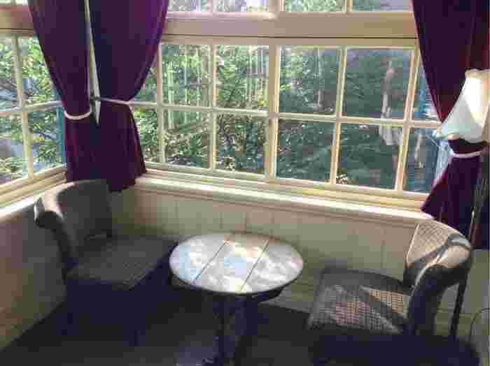 2階のサンルーム。調度品はどれもレトロな雰囲気ですね。日差しを感じながらゆっくりすることができます。