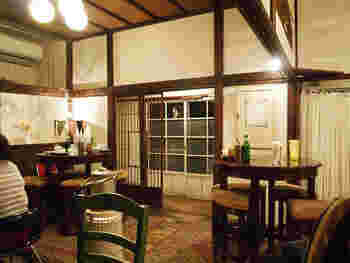 長谷駅近くの裏路地にある隠れ家的な「カフェ坂ノ下」。古民家を改築した、温かい雰囲気が魅力のカフェです。