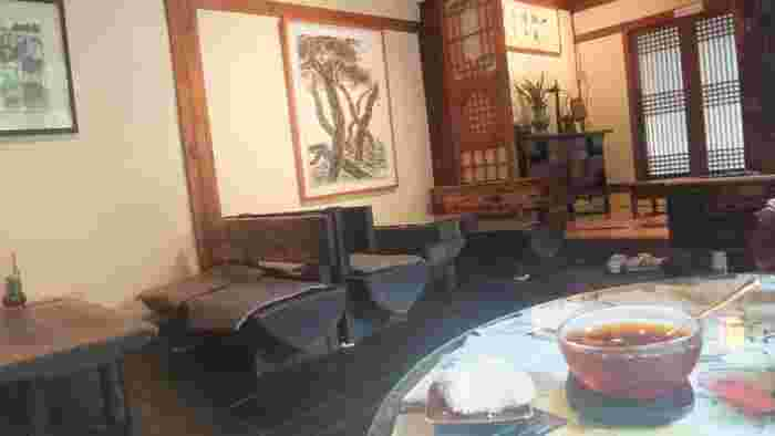 しっとりとした落ち着いた雰囲気の店内。奥には、靴を脱いで上がる日本の和室のような席もあります。韓国に初めて訪れる方でも、ほっとリラックスできそうですよね。