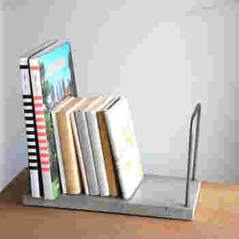 本を乗せる台の部分はコンクリート、本を支える部分は鉄でできているブックスタンドです。異なるふたつの素材感が絶妙なコンビネーション。