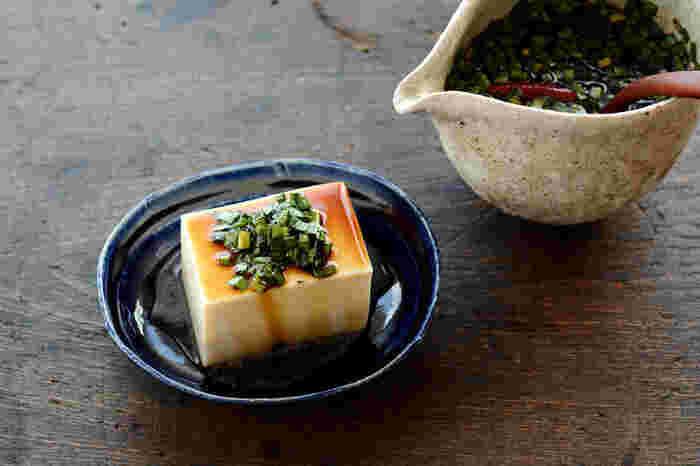 ニラ、醤油、みりん、ごま油、好みで唐辛子と、少ない材料で作ることができる「ニラ醤油」。冷や奴や焼き肉、鰹のたたきにかけるのもおすすめ。1〜2ヶ月と長期保存可能です。