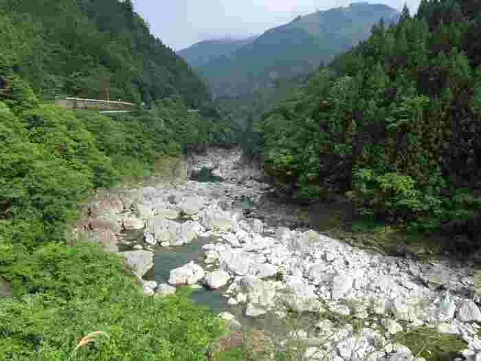 ダムの下流はゴロゴロとした岩が無造作にならんでいます。 自然の美しさを感じる瞬間です。