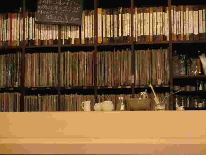カウンターの奥の壁一面に設えてある棚には5000枚ものレコードのコレクションがずらり。先代の深澤さんが作成した手書きのファイルの中からリクエスト曲を選び、カウンターにあるノートに書くと店内でかけてもらえます。