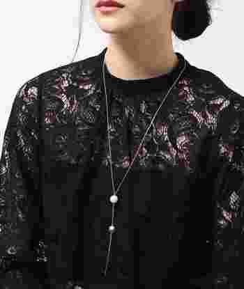 ブラックやネイビーなど、ダークカラーのドレスとも相性抜群!シンプルですが存在感はバッチリで、身につけるだけで華やかな印象になりますね。ダークカラーのドレスに似合う、大人の女性にぴったりのネックレスです。