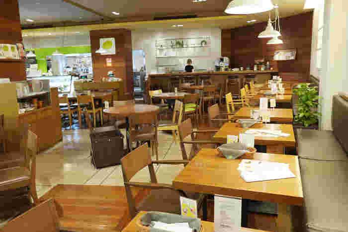 ブラウン系でまとめられた店内はやさしい雰囲気で、居心地の良い空間。ひとりでも入りやすいので、お仕事の合間や待ち合わせにもおすすめです。