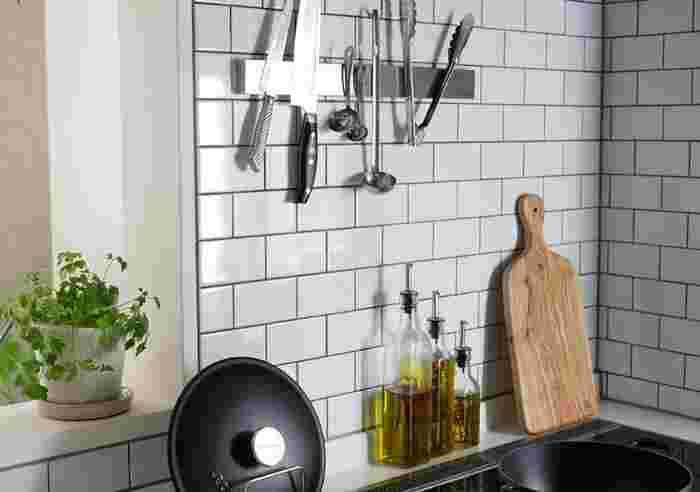 包丁もキッチンツールも定位置に納まる『ステンレスマグネティックツールホルダー』。ツールとホルダーのステンレスが呼応してcool&機能的なキッチンが演出できます。最大の魅力はなんといっても効率UP!