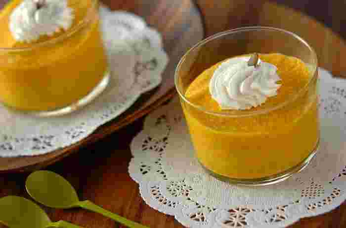 甘酒を使用することで、砂糖を使わず、かぼちゃと甘酒の自然の甘さで作るプリン。ヘルシーなのにおいしく仕上がるので、おもてなしスイーツにも使えそう。