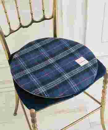 Afternoon Teaオリジナル・タータンチェックのチェアパッド!タータンの本場・スコットランドのThe Scottish Register of Tartans(スコットランドタータン登記所)認定のデザインです。本体は丸洗いOK!裏面にはすべり止めも付いていて便利ですよ。お部屋のさりげないアクセントになりそうです。