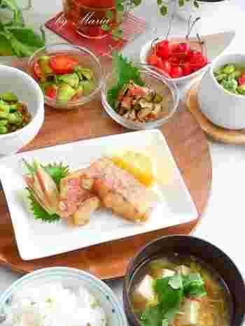 野菜をたっぷりと使った色鮮やかな朝食。色彩にこだわるのも、朝ごはんの大切なポイントですね。トマトや梅、サクランボの赤、枝豆やアボカドなどの緑。朝から元気が出ます。