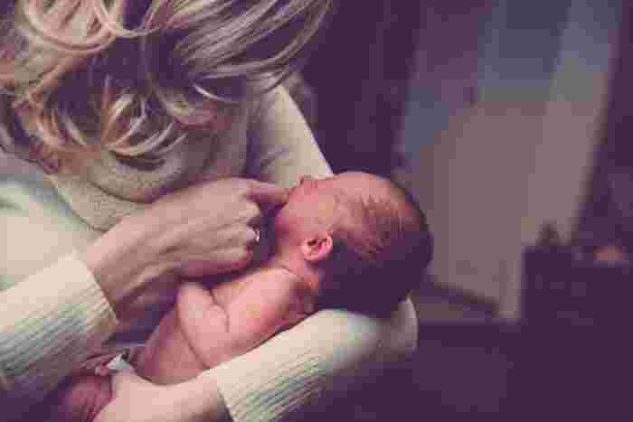 Photo on [Visualhunt](https://visualhunt.com/re4/ef783a04)  赤ちゃんの機嫌に合わせてお出かけしたり、赤ちゃんが眠ったら一緒にゴロゴロして雑誌を読んだり、お昼寝したり。赤ちゃんが起きている時は、おんぶをして掃除や料理をしたりしてみましょう。