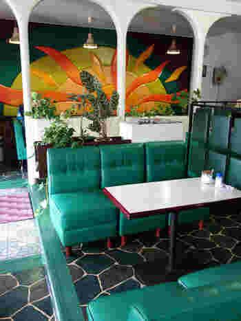 壁に大きく描かれた太陽が印象的な純喫茶。メキシコの太陽をイメージし、一枚張りの革で作られているのだそう。綾野剛主演の映画「日本で一番悪い奴ら」のロケ地でもあります。