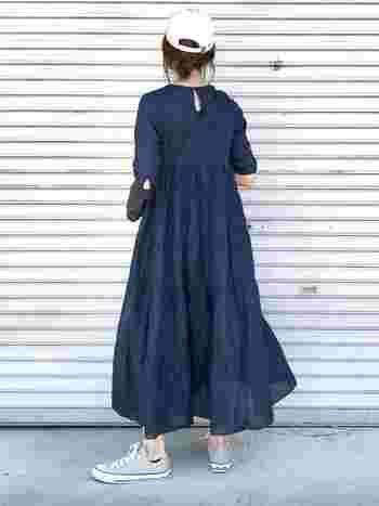 高めの位置で切り替えたティアードスカートが可愛らしいネイビーワンピは、裾が軽やかに広がります。重くなりがちなネイビーですが、生地感が薄いのでさらりと着られます。