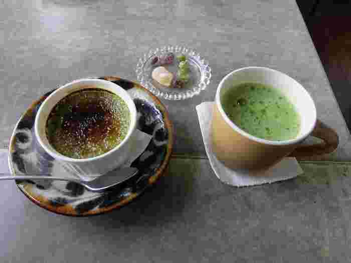 京都宇治の抹茶は有機肥料や低農薬にこだわっています。普段あまり飲む機会がない方にも親しんでもらえるよう、まろやかで甘みのある薄茶はマグカップに、旨みの凝縮された濃茶はエスプレッソカップに注がれているんですよ。抹茶の香りとほろ苦さが感じられる濃厚なクレームブリュレと一緒にいただいてみませんか?
