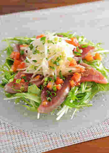 水菜を敷いた上に、カツオと玉ねぎを盛り、トマトなどを使ったタレをかけます。見た目も美しく、おもてなしの前菜などにも出せる一品。刺身とはまた違ったサラダ感覚がいいですね。