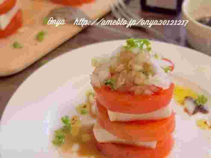 お豆腐の表面に塩を塗って1晩おくと、水分が抜けてチーズのような味わいになるんです。その「塩豆腐」とトマトを交互に重ねたら、イタリアンで人気のカプレーゼ風に。チーズよりヘルシーなのに食べごたえは満点◎あっさりした味わいはやみつきになりそう。