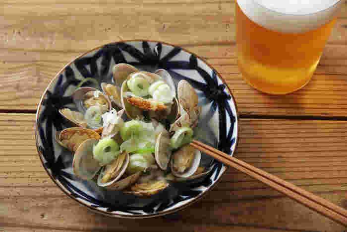 「いろは」シリーズの菊紋の中皿。シンプルなあさりの酒蒸しを盛り付けるだけでも味わいがありますね。