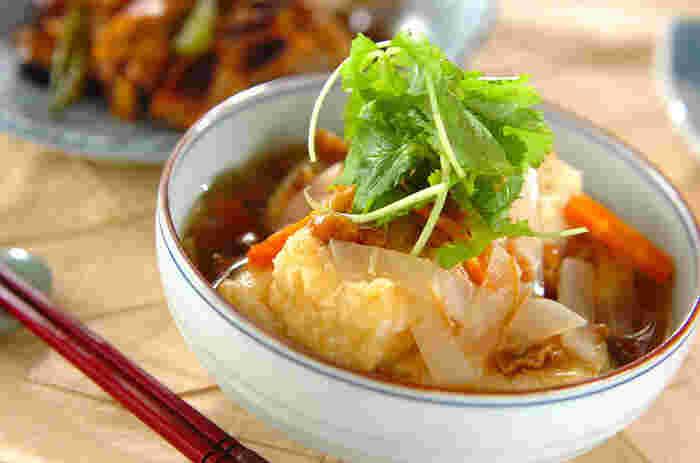 豆腐に小麦粉をまぶして揚げた揚げ出し豆腐に、なめこ、ナメタケ、大根、ニンジンが入ったあんをかけ、三つ葉を添えていただく「なめこあんかけ揚げ出し豆腐」。なめこだけでなくナメタケの瓶詰めも入り、トロトロの美味しいあんは、これだけでもご飯の共になりそう。
