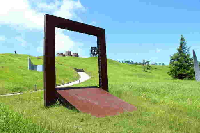 不思議なカタチの芸術作品が、芝の緑と、空の青が美しい大自然の中展示されています。いったいどんな作品があるのでしょうか?一部後紹介します。