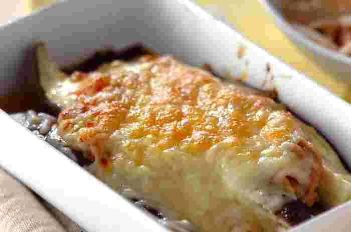 ナスとチーズの相性はもちろん、ナスと味噌の相性、味噌とチーズの相性はとっても優れています。相性抜群の3つの素材を合わせることで、絶品のお料理が簡単に作れますよ。ツナを加えることでボリュームも出ますね。朝食でも楽しめそうなレシピです。