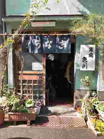 浅草駅から2~3分歩いたところにある「色川(いろかわ)」は、文久元年(1861年)創業です。お店の前を通ると、うなぎを焼く良い香りが漂ってきて食欲をそそられます。