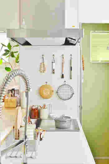 お部屋のポイントとしてグリーンを取り入れて。爽やかな白と組み合わせることで引き立って見えますね。