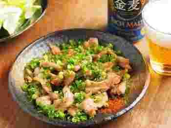 こちらも塩焼きですが、せせりに下味を染み込ませて、その後は調味料を一切加えず焼いているというオリジナルのレシピです。たっぷりの刻みねぎがせせりの脂と絡まり、おつまみに最高。